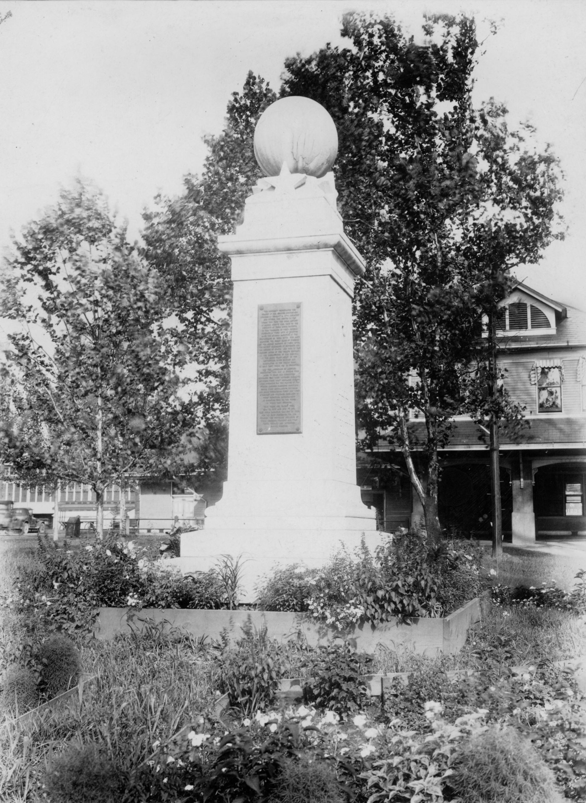 WW I Monument - old290